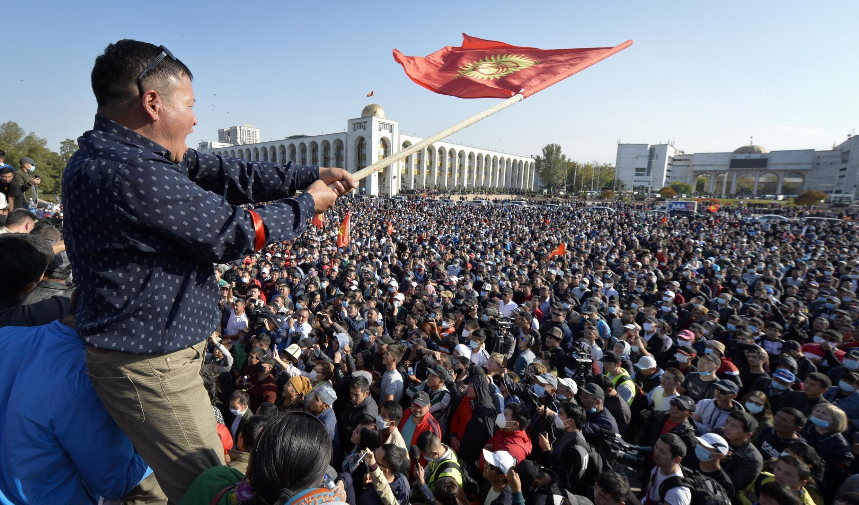 Une foule immense dans le centre-ville de Bichkek a contesté les résultats au lendemain des législatives, le 5 octobre 2020,