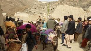Os desabrigados do deslizamento de terra que destruiu um vilarejo no nordeste do Afeganistão, matando ao menos 300 pessoas.