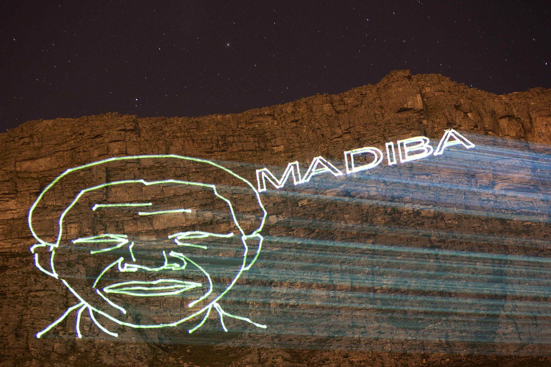 Rosto de Mandela projetado nas montanhas da cidade do Cabo; as homenagens ao herói da luta contra o apartheid se sucederão toda a semana na África do Sul.
