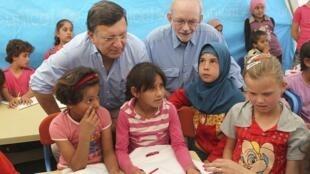 Jose Manuel Barroso, le président de la Commission européenne, et le directeur général de l'Unicef entourés de jeunes syriennes dans le camp de réfugiés d'al-Zaatari, à Mafraq en Jordanie, le 7 octobre 2012.