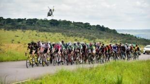 Le peloton de la course cycliste Tropicale Amissa Bongo 2019 au Gabon.