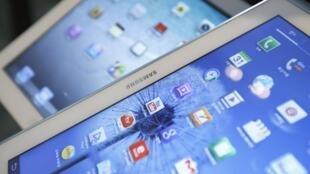Máy tính bản Galaxy  của Samsung và iPad  của  Apple.