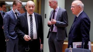Ngoại trưởng Pháp  Jean-Yves Le Drian và các đồng nhiệm đang chờ tham dự cuộc họp tại Bruxelles, Bỉ, ngày 13/07/2020.