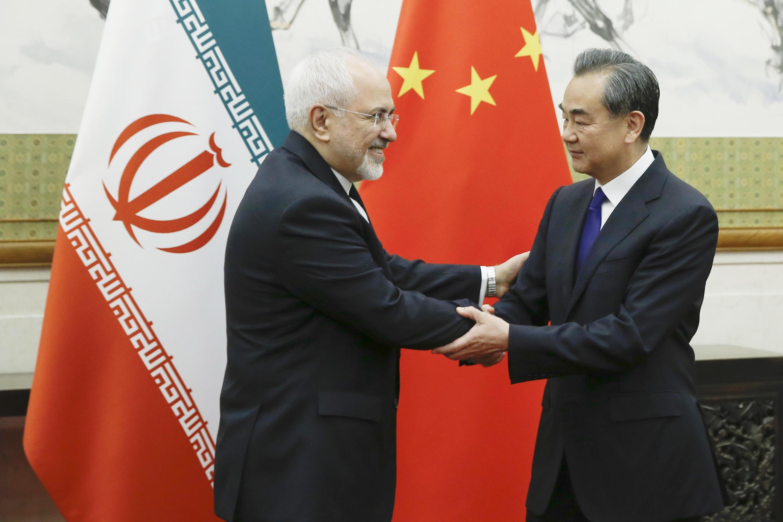 Ngoại trưởng Trung Quốc Vương Nghị (Wang Yi) (P) tiếp đồng nhiệm Iran Javad Zarif (T) tại Đại lễ đường Nhân dân, Bắc Kinh, ngày 13/05/2018.