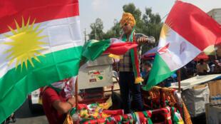 Un jeune kurde vend des drapeaux kurdes dans la ville d'Erbil, le 21 septembre 2017.