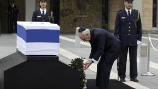 O presidente Shimon Peres diante do caixão do ex-primeiro-ministro Ariel Sharon