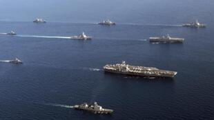 Hàng không mẫu hạm nguyên tử Mỹ USS George Washington (thứ ba từ trái sang) dẫn đầu các chiến hạm Hàn Quốc và Hoa Kỳ trong cuộc tập trận chung tại vùng biển phía đông Hàn Quốc ngày 26/7/2010.