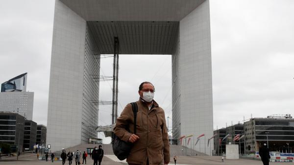 Le quartier de La Défense, en Île-de-France, reprend un peu vie en ce premier jour du déconfinement.