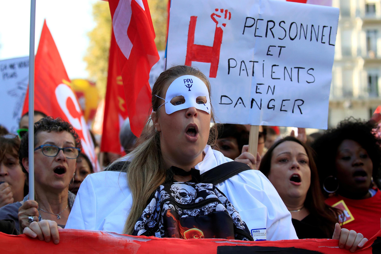Nhân viên và sinh viên ngành Y biểu tình phản đối cải cách của chính phủ tại Paris, ngày 09/10/2018.