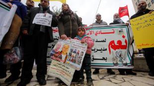 Des Palestiniens protestent contre la décision israélienne de réduire les fonds des allocations aux prisonniers à Hébron, en Cisjordanie occupée par Israël, le 19 février 2019.