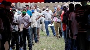 Des chauffeurs-routiers font la queue pour se faire tester pour le coronavirus au point de passage frontalier de Namanga entre le Kenya et la Tanzanie, à Namanga, au Kenya, le 12 mai 2020.
