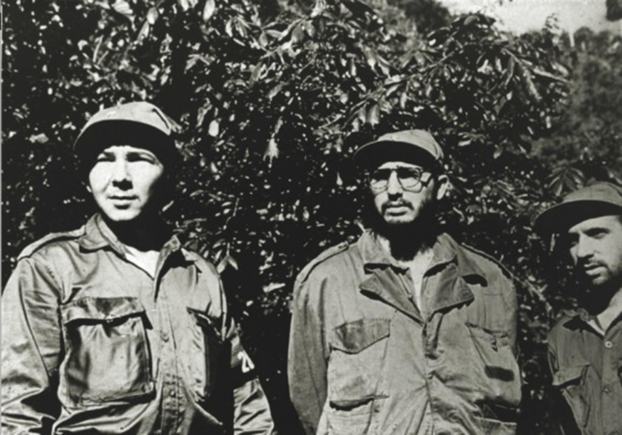 Une photographie d'archive montrant Raul Castro (G) et son frère Fidel Castro (D) dans la Sierra Maestra, à Cuba, à la fin des années 1950.
