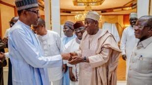 Gwamnan Jihar Kano Abdullahi Umar Ganduje, yayin taya shugaban Najeriya Muhammadu Buhari murnar lashe zaben shugaban kasa.