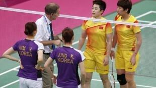 奥运官员(中)与涉嫌打假球的中国和南韩羽毛球运动员,2012年7月31日