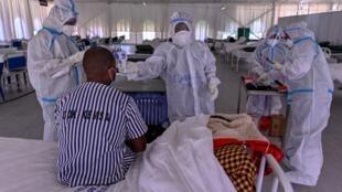 Du personnel médical s'occupe d'un patient atteint du Covid, à Machakos (Kenya), le 3 août 2020.