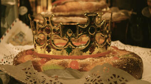 Na Espanha se costuma comer no dia da epifania um pão em forma de coroa perfumado com zesto de limão e flor de laranjeira, recoberto de amêndoas e frutas cristalizadas.