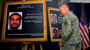 一名美軍士兵在伊拉克舉行的新聞發布會上展示達格杜克照片 2007年7月2日
