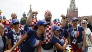 Французские и хорватские болельщики в Москве перед финалом ЧМ 15 июля 2018