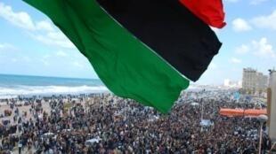 População líbia celebra a libertação total do país.