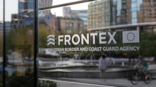 El logo of la agencia de fronteras externas de la Unión Europea, Frontex, en su sede central en Varsovia, Polonia, el 5 de agosto de 2019