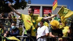 Des supporters nantais encouragent leur équipe à son arrivée au stade de La Beaujoire, avant le match de barrage retour contre Toulouse, le 30 mai 2021