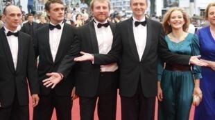 Diretor Sergei Loznitsa e sua equipe na sexta-feira, em Cannes.