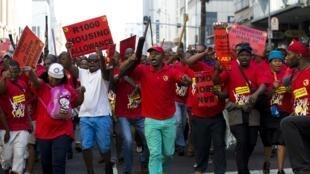 Manifestation des ouvriers de la métallurgie dans les rues de Durban, le 1er juillet 2014.