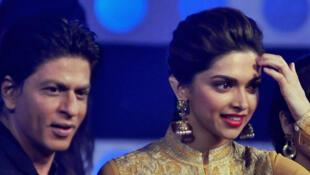 Surnommé le roi de Bollywood, le brun ténébreux, le charmeur Shahrukh Khan (G) et l'actrice Deepika Padukone.