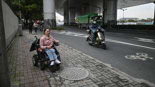 Video blogger Zhao Hongcheng highlights the challenges wheelchair users face in Shanghai and other Chinese cities