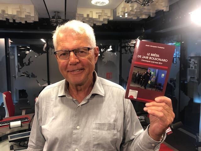 O jornalista Jean Jacques Fontaine nos estúdios da RFI em Paris