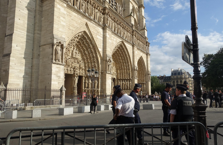 វិហារNotre Dame de Paris នៅបារាំង។ នៅជិតនោះ ប៉ូលិសរកឃើញដបឧស្ម័នច្រើនដប ក្នុងរថយន្តមួយគ្រឿង កាលពីយប់ថ្ងៃអាទិត្យ៤កញ្ញា។