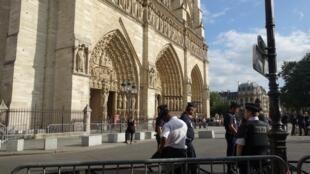 A catedral Notre Dame de Paris foi totalmente cercada pela polícia.