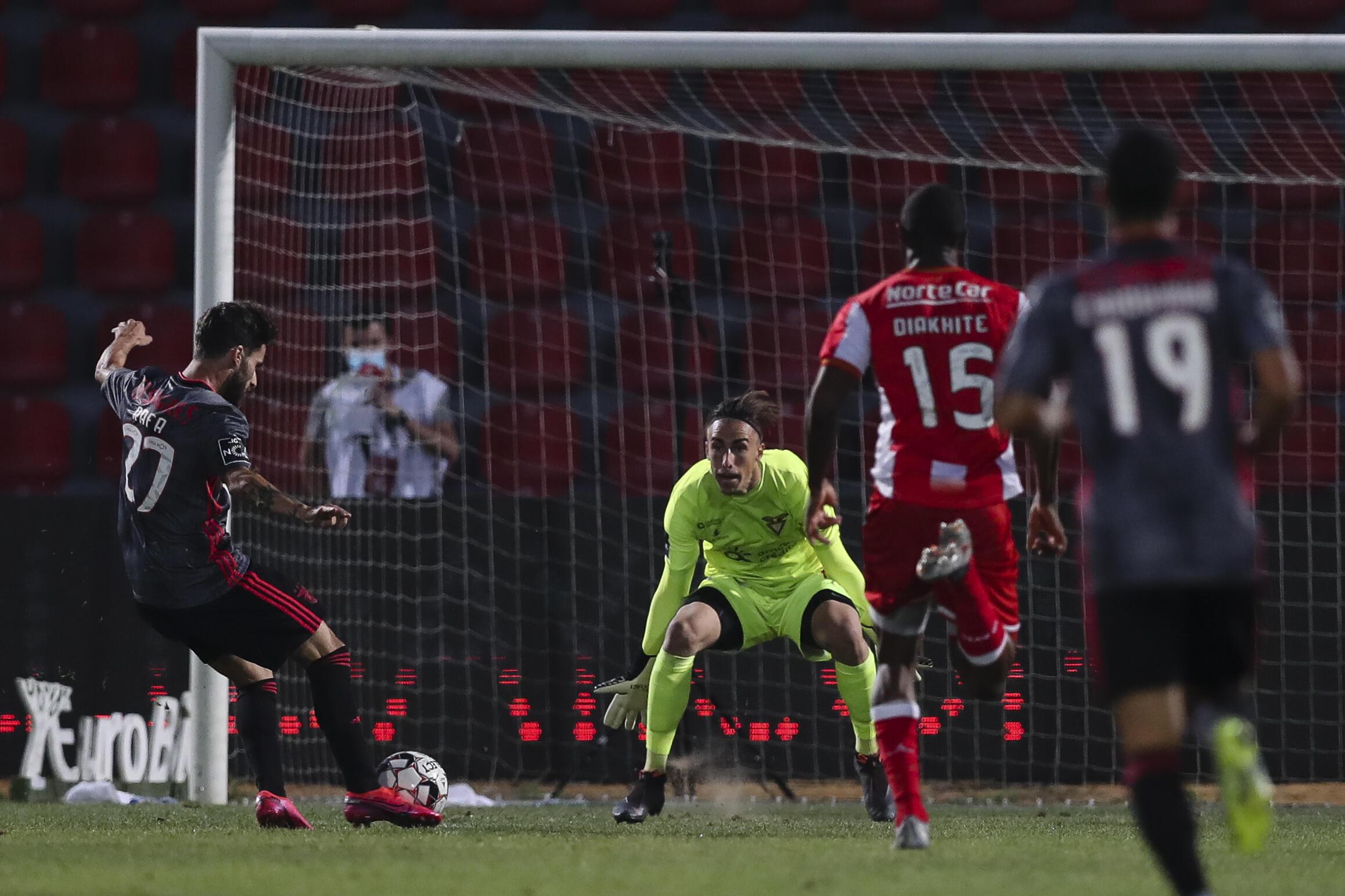 Rafa Silva (na esquerda), avançado do Benfica, apontou o primeiro golo dos encarnados que derrotaram por 0-4 o Desportivo das Aves.