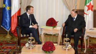 Le président français Emmanuel Macron avec son homologue algérien Abdelaziz Bouteflika, à Alger, le 6 décembre 2017.