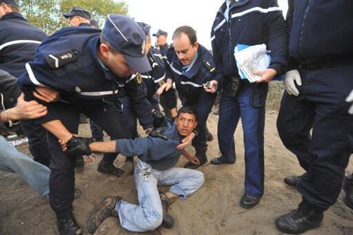Policiais franceses detém um imigrante clandestino na cidade de Calais.