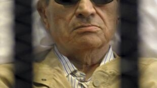 Ex-presidente do Egito, Hosni Mubarak dentro da prisão do Tribunal do Cairo durante julgamento que decidiu por sua prisão perpétua neste sábado, dia 2 de junho.