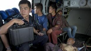Avião da Força Aérea indiana transporta feridos de terremotos do Nepal, na quinta-feira, 30 de abril de 2015.