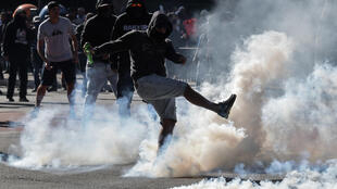 Un fan del fútbol que está en contra del presidente de Brasil, Jair Bolsonaro, se enfrenta a la policía antidisturbios durante una protesta contra el presidente, en la Avenida Paulista de Sao Paulo, Brasil, el 31 de mayo de 2020, en medio de la pandemia del nuevo coronavirus COVID-19.