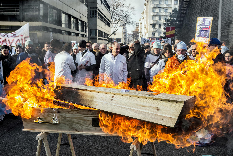 Des médecins ont manifesté dans les rues de Lyon, lundi 5 janvier 2015, pour dénoncer la généralisation du Tiers payant prévue dans le projet de loi de Marisol Touraine.