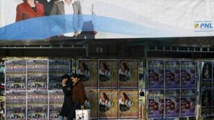 Affiches électorales à Bucarest.