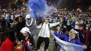 Les supporters argentins sur la Place de l'Obélisque à Buenos Aires après la finale du Mondial, le 13 juillet 2014.
