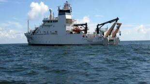 El barco de la Administración Nacional de Océanos y de la Atmósfera (NOAA) analizando las aguas del golfo de México, 21 de agosto de 2010.