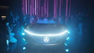C'est le réalisateur James Cameron qui s'est attelé au concept car de chez Mercedes, avec un réel sens de la mise en scène.