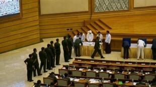Des militaires birmans votent à l'Assemblée sur un possible amendement à la Constitution devant limiter leurs pouvoirs, le 25 juin 2015