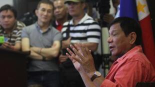 Ông Rodrigo Duterte nói chuyện với các nhà báo ở Davao hôm 26/05/2016.