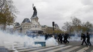 полиция применила слезоточивый газ и шумовые гранаты для разгона акции протеста против международной конференции по климату COP 21 в Париже, 29 ноября 2015 года