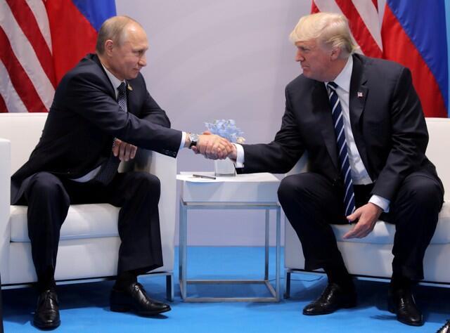 Tổng thống Nga Vladimir Putin (T) và tổng thống Mỹ Donald Trump, tại Thượng đỉnh G20, Hamburg, Đức, tháng 7/2017.