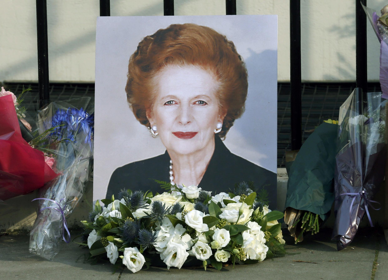 """Euforia e tristeza tomaram as ruas de Londres após o falecimento da """"Dama de Ferro""""."""