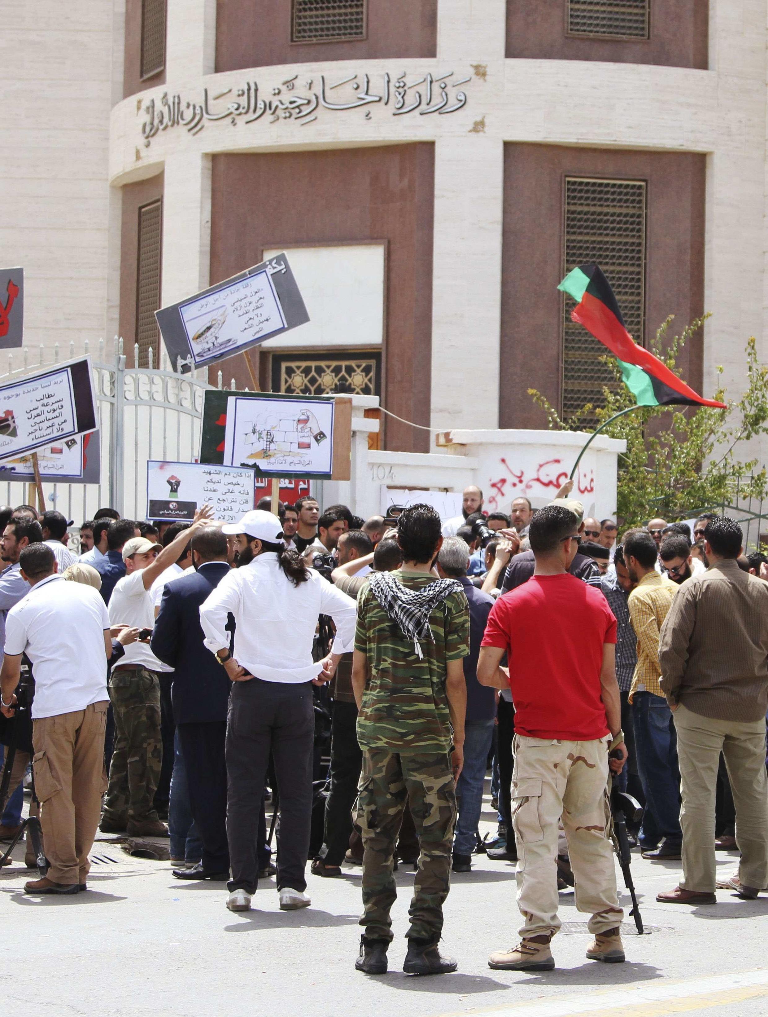"""Dân quân đòi """"thanh lọc"""" guồng máy hành chánh Libya bao vây trụ sở bộ Ngoại giao tại Tripoli ngày 28/04/2013."""