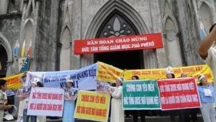 Nhiều giáo dân mang biểu ngữ tôn vinh Đức Tổng giám mục Ngô Quang Kiệt trong thánh lễ đón chào Tân Tổng giám mục phó Hà Nội Nguyễn Văn Nhơn.